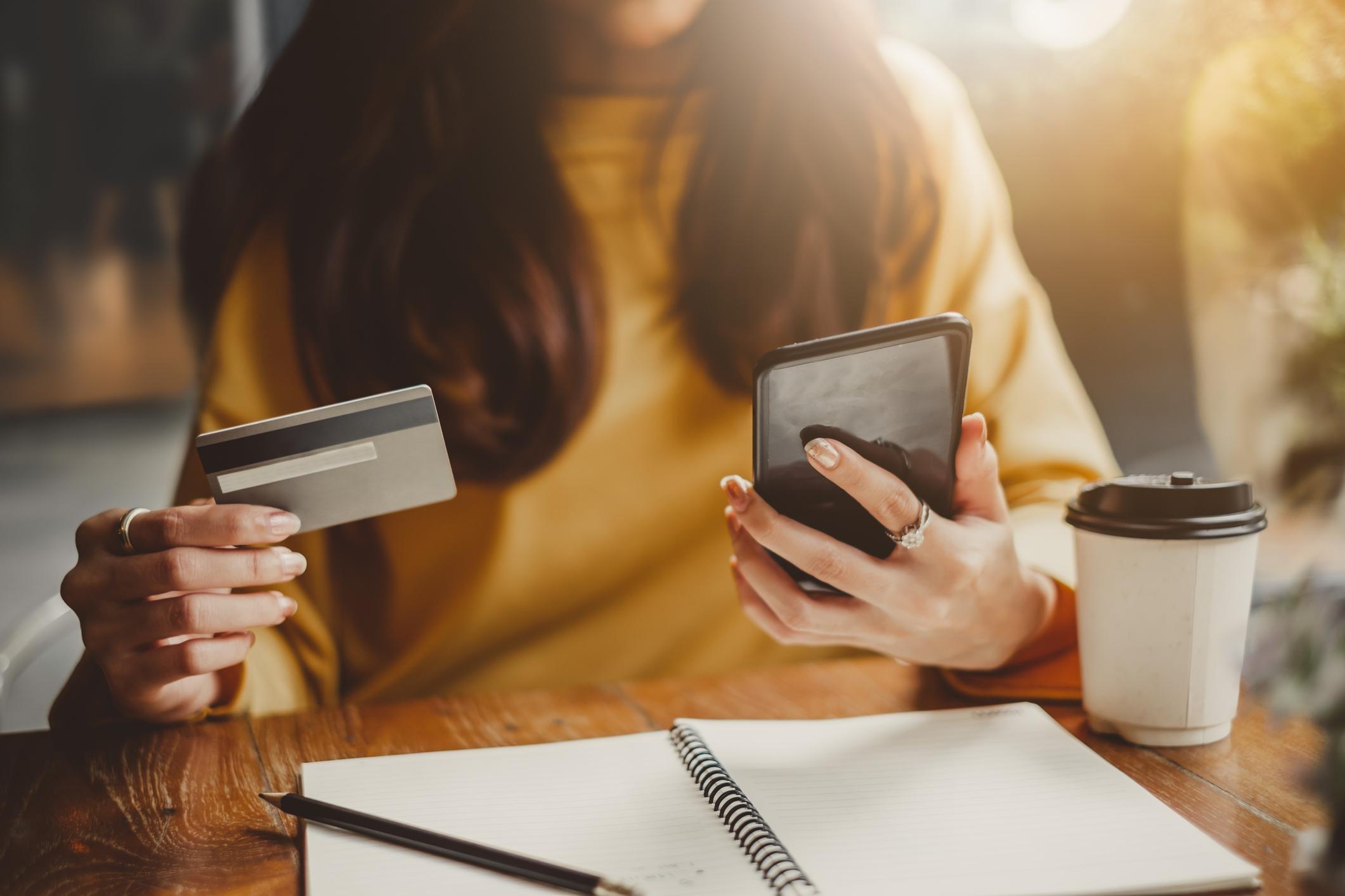 Où prédominent les achats impulsifs: dans les magasins physiques ou en ligne?