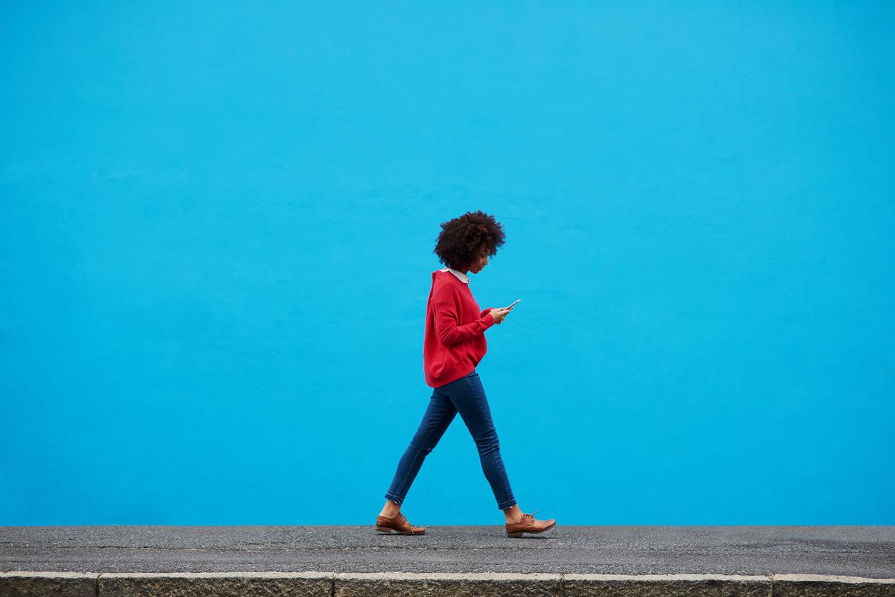 Nomophobie: comment arrêter autant de regarder son mobile?